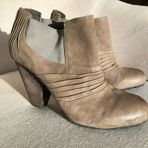 VINCE CAMUTO 11 Bronco Ankle Bootie Heeled Pleated
